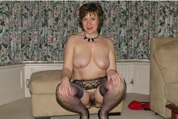 Elegáns hölgy csak otthon meztelenkedik
