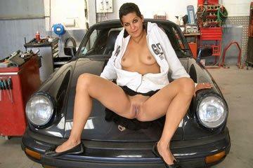Athina nagyon beterpeszt a Porsche-n